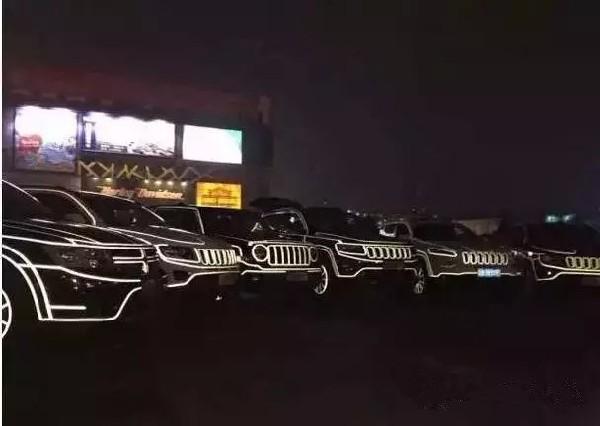 河南车网讯:夜空,点点繁星,眺望着这个城市,街道上流窜着金色的光线,高楼间闪耀着彩色的灯光,繁荣的一面正袭入眼帘。 在这灿烂美好的夜市里,Jeep正带着奇特的光芒穿梭在每一条大街小巷,你看见它了么?  7月23日-31日Jeep全系激情开跑! 更多本品车型信息和优惠政策,敬请到店了解咨询。 买车到泰菱就购啦,保证全省最低价。 Jeep河南泰菱 中原地区首家Jeep授权专营店 中原地区唯一授权五星级专营店 Jeep品牌12年老店 【Jeep河南泰菱】 地址:花园路与开元路交叉口西侧汽贸中心院内 贵宾热线:0