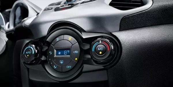 从温暖的车内到寒冷的室外