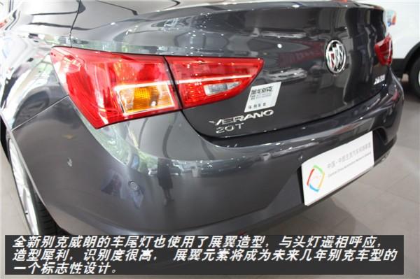 【河南车网消息】6月27日,别克全新威朗在广州正式上市。全新威朗此次共推出搭载1.5L和1.5T两种动力的共8款车型,售价区间为13.59-19.99万元。近日,编辑从河南旭龙别克获悉,全新威朗已经到店,下面就请和小编一起领略一下全新威朗的风貌。  外观方面,全新威朗的设计灵感来自于2013年发布的别克Riviera概念车,并汲取了今年底特律车展上首发的别克Avenir概念车的设计精髓。新车采用了别克标志性的直瀑式前格栅,整车线条流畅,尾灯修长,翼子板微微上翘,局部细节的确流露出运动气息。  家族风格的