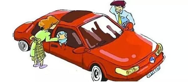 霸王级寒潮前两天如约而至,多个地方都飘起了大雪。大家都知道雪后洗车要注意什么吗?小辰这就来和大家分享一下。 1雪后洗车 用温水洗车  寒冷天气里经常是滴水成冰,因此洗车时最大的忌讳就是水滴在车辆上结冰,这样直接的后果就是导致漆层破裂。因此洗车时最好能用温水,而不要用冷水直接清洗。有条件的话,应在室内进行。如果是刚刚使用过车,应停留5至10分钟,等发动机冷却下来后再清洗。急冷急热对车漆表面都不利。 防止锁孔等部位进水  在洗车前一定要关闭发动机,关闭车窗及活动天窗,将天线收回。不要用高压清洗器喷洗轿车上的柔